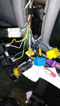 На картинке видим 2 фишки жолтая и синяя из них я достал по 2 провода и соеденил на нефиксирующихся кнопках жолтый зелёный и розовый жолтый, оставшиесея в фишках проводка это подсветка кнопок - IMG_20160310_211007[1].jpg