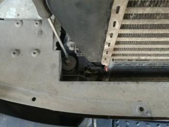 Если радиатор не выходит или плохо выходит не надо его дергать, ломать Выкручиваете этих два болтика слева, по ходу движения справа. Рамка отодвигается в сторону и радиатор сам выпрыгивает всем удачи - IMG_20171013_112958.jpg